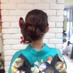 大きくならない毛先をまとめるスタイルが希望でした、右サイドはタイトロープで編み、ネープに髪の動きが出るように、トップはタイトめで動きを付けました(朝日)