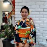 青系のお着物にオレンジ色の帯がとても映え、小物の黄緑の色使いもベストマッチです(高橋)